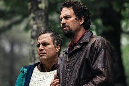 Mark Ruffalo (r) hat eine Doppelrolle in «I Know This Much Is True» übernommen. Foto: Home Box Office/HBO/Sky Deutschland/dpa