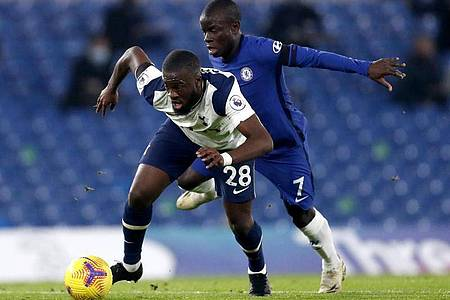 Tottenhams Tanguy Ndombele (l) im Zweikampf mit N`Golo Kante vom FC Chelsea. Foto: Matthew Childs/PA Wire/dpa